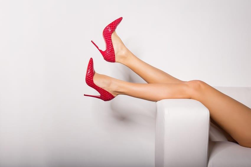 Das abendliche Hochlegen der Beine kann zu einer Flüssigkeitsumverteilung führen und zu einer vermehrten Harnausscheidung