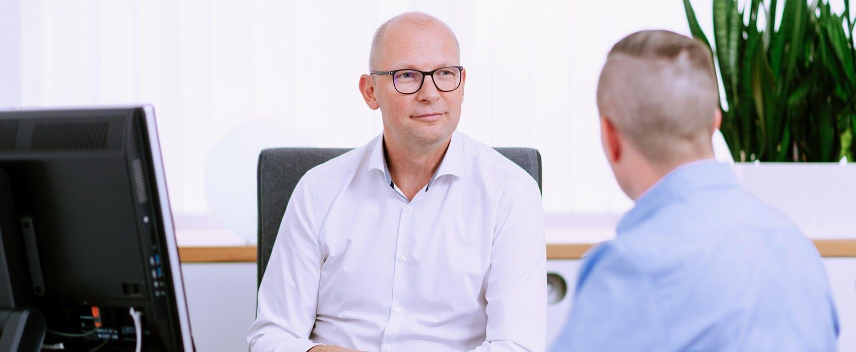 Kardiologe Dr. med. Stefan Dierkes in einem Patientengespräch in der Cardiopraxis